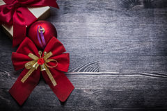 圣诞节中看不中用的物品弓包裹了在木的礼物盒 免版税库存图片