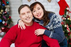 圣诞节中部变老了在圣诞树,爱的家庭庆祝新年,假日人前面的夫妇画象 免版税库存图片