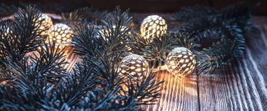 圣诞节串光和冷杉分支在木背景 葡萄酒诗歌选和bokeh 免版税库存照片