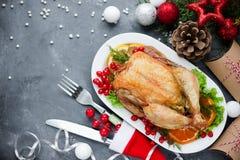 圣诞节主题的饭桌烤了鸡和圣诞节deco 图库摄影