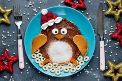 圣诞节乐趣孩子的食物想法-企鹅薄煎饼 图库摄影