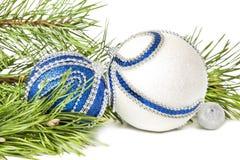 圣诞节云杉和蓝色与白色闪烁球 免版税库存照片