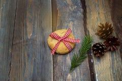圣诞节云杉曲奇饼和小树枝在木背景的 C 免版税库存照片
