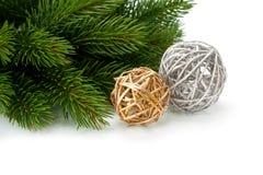 圣诞节云杉的小树枝和美丽的发光的球 库存图片