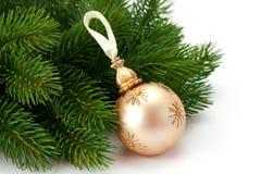 圣诞节云杉的小树枝和美丽的发光的球 图库摄影