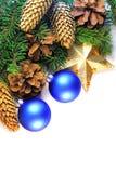 圣诞节云杉的枝杈、锥体、星和中看不中用的物品 免版税库存图片