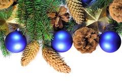 圣诞节云杉的枝杈、锥体、星和中看不中用的物品 免版税图库摄影