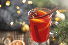 圣诞节仔细考虑了红葡萄酒用香料和果子在一张木土气桌上 在新的Y的传统热的饮料 库存图片