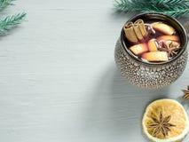 圣诞节仔细考虑了酒用桂香、桔子和茴香在一个陶瓷桶 复制空间 库存照片