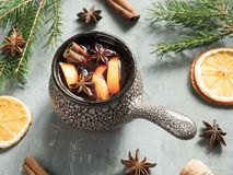 圣诞节仔细考虑了酒用桂香、桔子和茴香在一个陶瓷桶 图库摄影