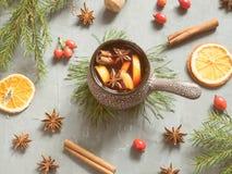 圣诞节仔细考虑了酒用桂香、桔子和茴香在一个陶瓷桶 免版税图库摄影