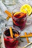 圣诞节仔细考虑了酒用桂香、桔子和茴香 免版税库存图片