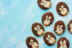 圣诞节企鹅曲奇饼孩子的甜点款待 库存照片