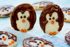 圣诞节企鹅曲奇饼孩子的甜点款待 免版税库存照片