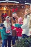 圣诞节会集圣诞节的假日祖父母孩子 库存图片