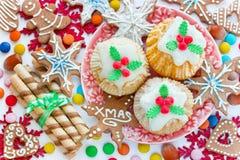 圣诞节传统甜点和款待-可口杯形蛋糕能 免版税库存图片
