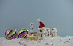 圣诞节使用作为雪人和身分被塑造的蛋白软糖的食物摄影在雪与奶油色海绵神仙的蛋糕和中看不中用的物品 库存照片