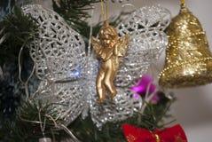 圣诞节假日、金黄圆环和蝴蝶在xmass树,天使 库存照片