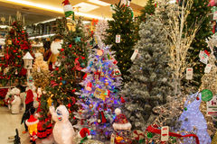 圣诞节假日在零售店的树显示 免版税库存照片