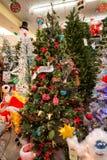 圣诞节假日在零售店的树显示 免版税库存图片
