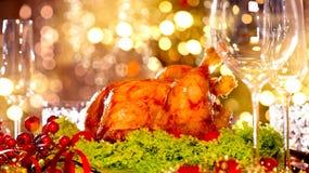 圣诞节假日家庭晚餐 装饰的桌用烤火鸡 免版税库存图片