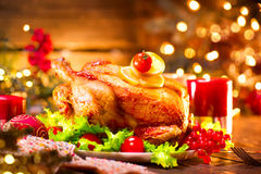 圣诞节假日家庭晚餐 装饰的桌用烤火鸡 免版税图库摄影