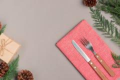 圣诞节假日晚餐的欢乐桌设置与拷贝温泉 免版税库存照片
