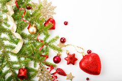 圣诞节假日构成 欢乐创造性的样式,与丝带,雪花,在wh的圣诞树的xmas红色装饰假日球 库存图片