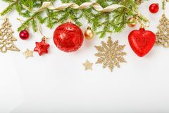 圣诞节假日构成 欢乐创造性的样式,与丝带,雪花,在wh的圣诞树的xmas红色装饰假日球 图库摄影