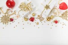 圣诞节假日构成 欢乐创造性的金黄样式, xmas金装饰与丝带,雪花,圣诞节tr的假日球 免版税库存照片