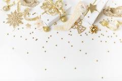 圣诞节假日构成 欢乐创造性的金黄样式, xmas金装饰与丝带,雪花,圣诞节tr的假日球 图库摄影