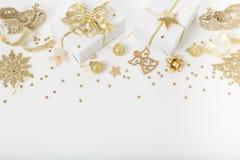 圣诞节假日构成 欢乐创造性的金黄样式, xmas金装饰与丝带,雪花,圣诞节tr的假日球 免版税图库摄影