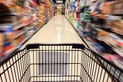 圣诞节假日概念,有行动购物的被弄脏的图象的黑购物车的购物时间在超级市场 免版税图库摄影