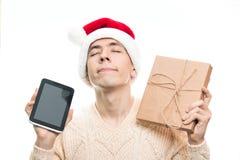 圣诞节假日礼物 人举行新年礼物和片剂 S 库存图片