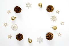 圣诞节假日背景 圣诞节装饰、冷杉和gol 免版税库存图片