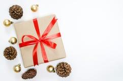 圣诞节假日背景 有红色丝带的,冷杉礼物盒和 库存照片