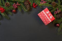 圣诞节假日背景-树、礼物、霍莉莓果和装饰在黑chackboard 与拷贝空间的假日卡片 名列前茅vi 库存图片