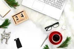 圣诞节假日舱内甲板放置博客作者` s工作空间的概念 免版税库存图片