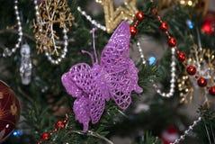 圣诞节假日,在xmass树的桃红色蝴蝶 库存照片