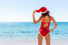圣诞节假期天堂假日 性感的享受太阳与圣诞老人帽子的妇女喜悦和成功旅行逃走 复制空间 库存图片
