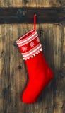 圣诞节储存 红色袜子垂悬 E 免版税库存图片