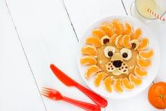 圣诞节儿童狮子薄煎饼的想法早餐 免版税图库摄影