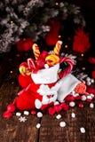 圣诞节充分殴打糖果和甜点在木背景 免版税库存照片