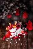 圣诞节充分殴打糖果和甜点在木背景 免版税库存图片