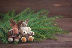 圣诞节充塞了玩具鹿和一头熊,圣诞节树braches 图库摄影