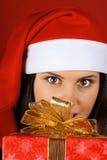 圣诞节克劳斯女孩提供的当前圣诞老&# 免版税库存图片