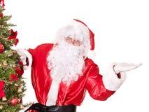 圣诞节克劳斯最近的指向的圣诞老人结构树 图库摄影