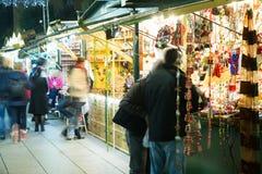 圣诞节公平的近的大教堂在晚上 巴塞罗那 免版税库存照片