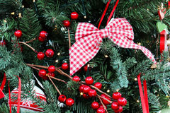 圣诞节关闭装饰了重点金子被留下的装饰品结构树 免版税库存图片