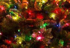 圣诞节关闭装饰了重点金子被留下的装饰品结构树 库存照片